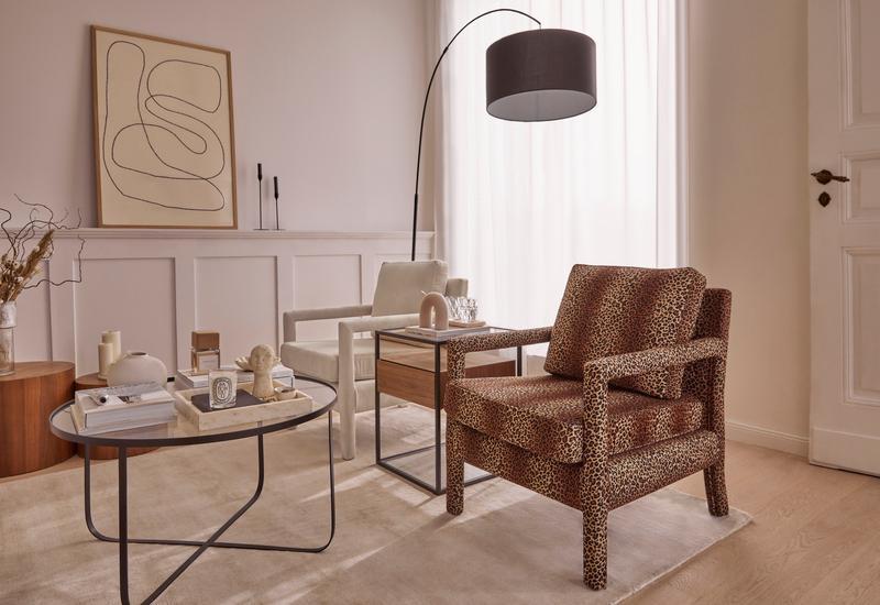 woonkamer met verschillende greige tinten en de westwing claudette stoel