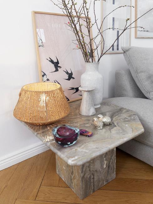 Marmeren bijzettafel met rotan lampje