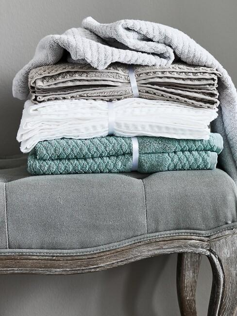 grijze stoel met gekleurde handoeken