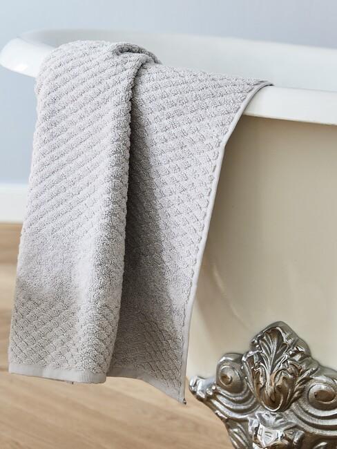 wit bad met grijze handdoek