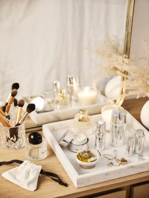 plateau met luxe badkamer producten