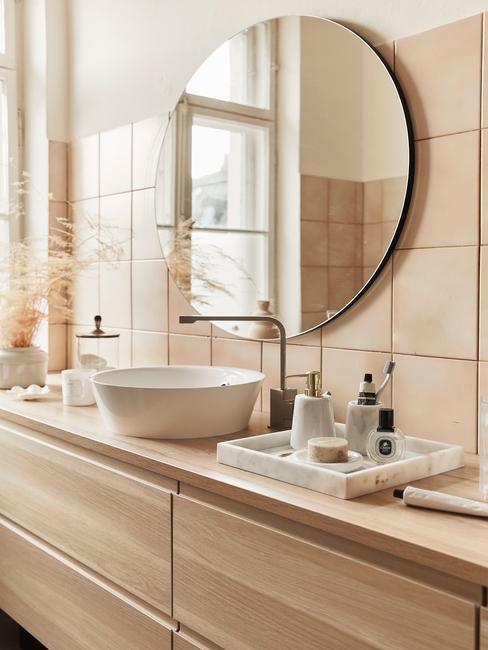 houten blad met ronde wastafel en ronde spiegel
