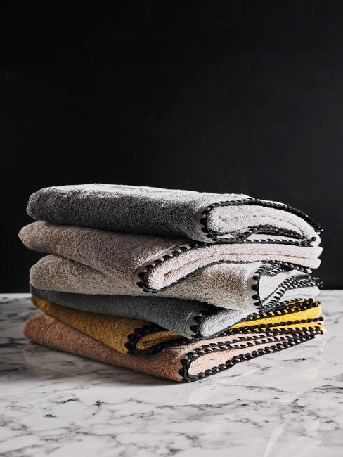 gekleurde handdoeken op een armere tafel