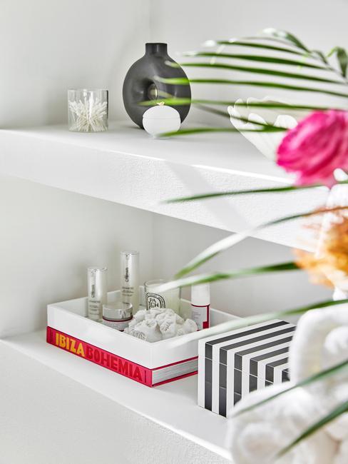 witte schappen met badkamer producten