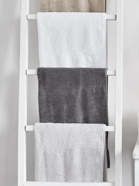 wit handdoeken rek met grijze handdoeken