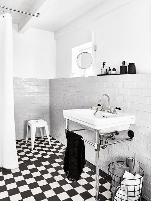 wit met zwarte tegelvloer en witte wastafel