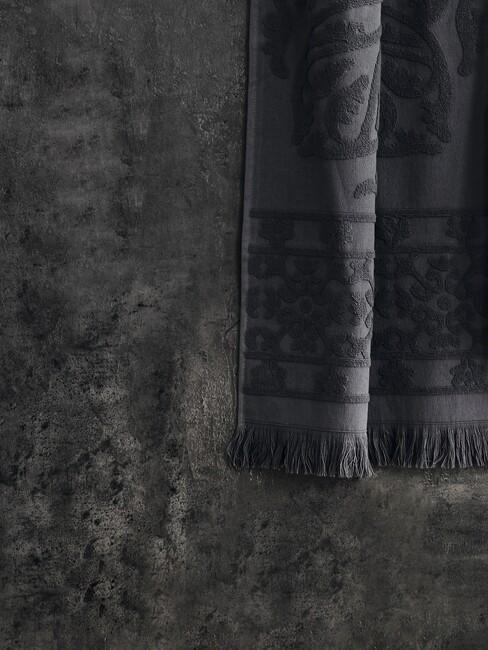donkere muur met donker geijze handdoek