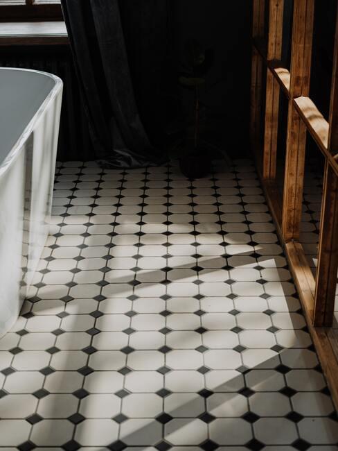 wit met zwarte vloer en wit bad en zwarte muur