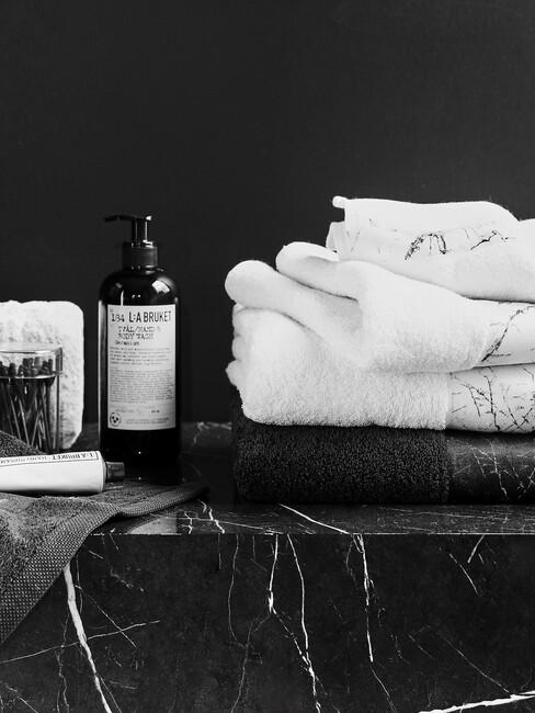 marmere steen met witte handdoeken