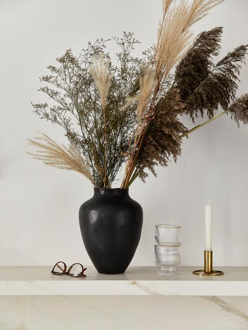 Zwarte westwing vaas met droogbloemen