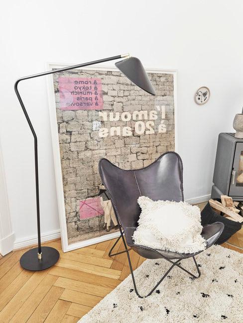 Zwarte leren lounge stoel met retro vloerlamp