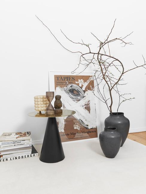 Ronde bijzettafel voor decoratief schilderij en twee westwing vasen