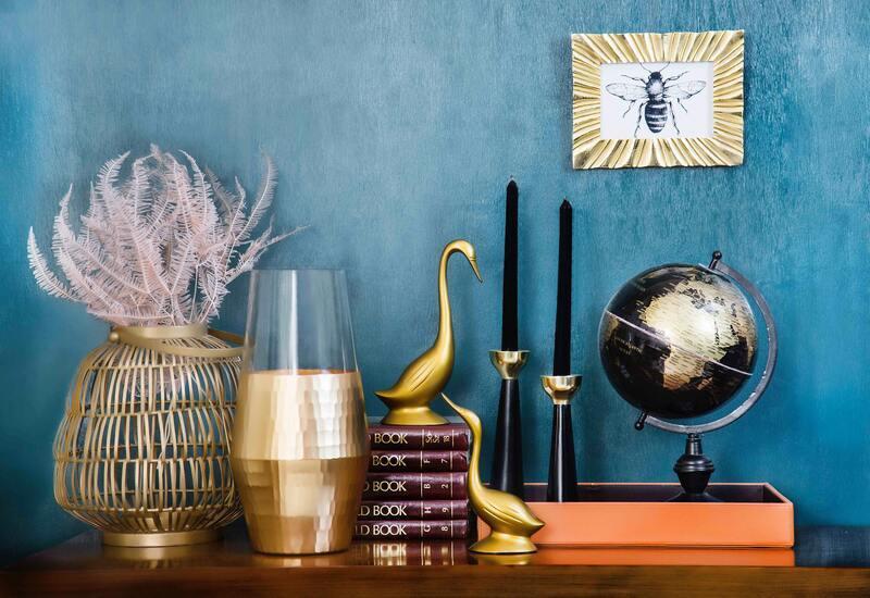 Decoratieve accessoires op dressoir voor blauwe muur