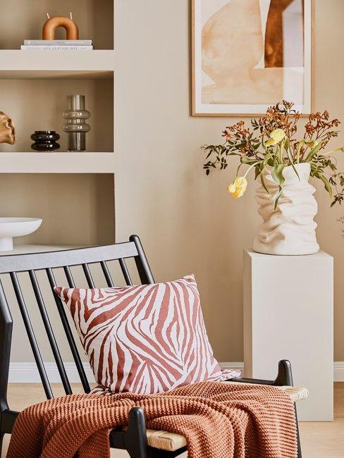 Rotan lounge stoel met zebra print kussen