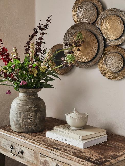 Wanddecoratie en betonnen vaas met bloemen