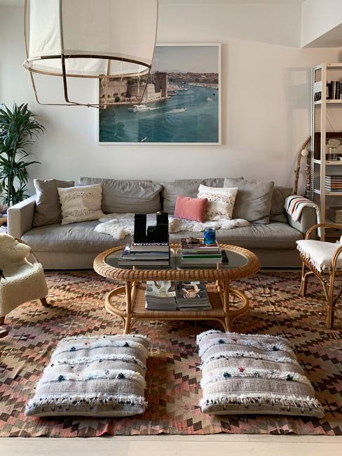 Bohemian interieur met abstracte kunst