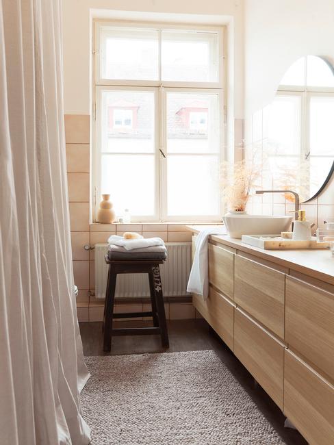 houten meubel met wit kleed en raam