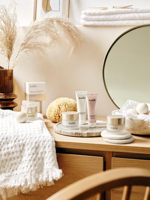 houten tafel met ronde spiegelen witte handdoek