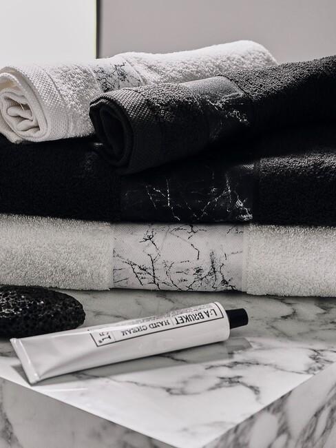 mermere tafel met marmer handdoeken