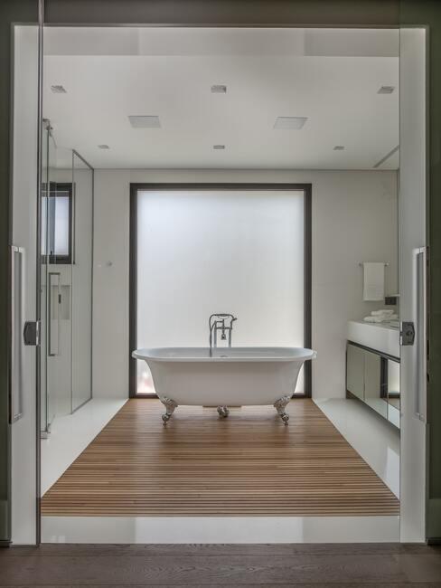 lichte en houten vloer met wit ligbad