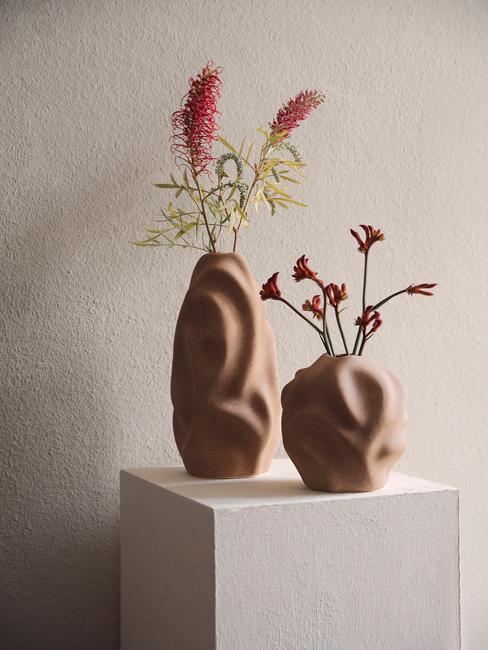 Organisch gevormde vasen met rode bloemen