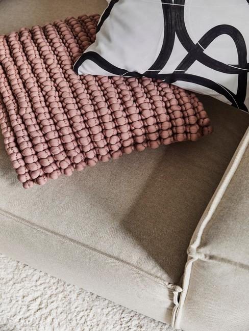 roze kussen op beige stoel