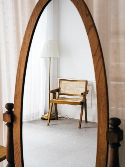 Rotan stoel met weens gevlecht in ovale houten spiegel