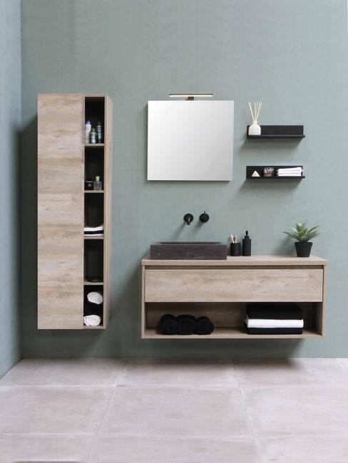 grone muur met houten badkamer meubels en zwarte kraan