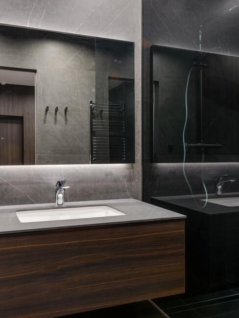 hout meubel met donkere spiegel