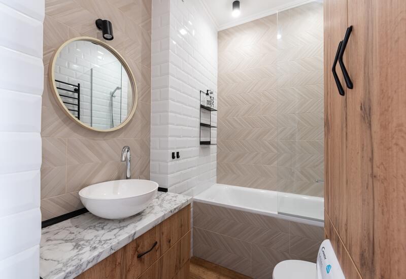 houten badkamer met wit bad