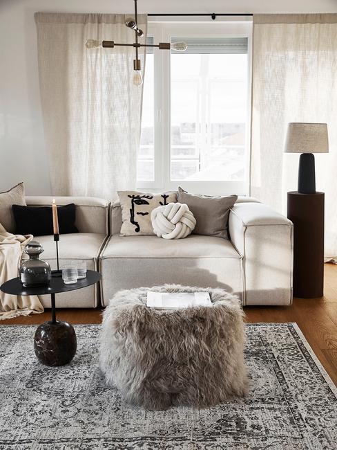 woonkamer met lennon sofa en harige poef