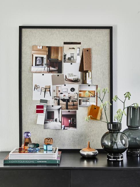 Prikbord met kaarten, foto's en andere decoratieve items
