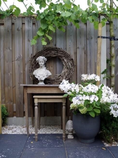 Landelijke stijl buitendecoratie met bloemen en houten tafels
