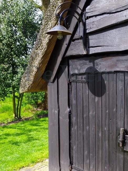 Houten schuur met rieten dak en lamp