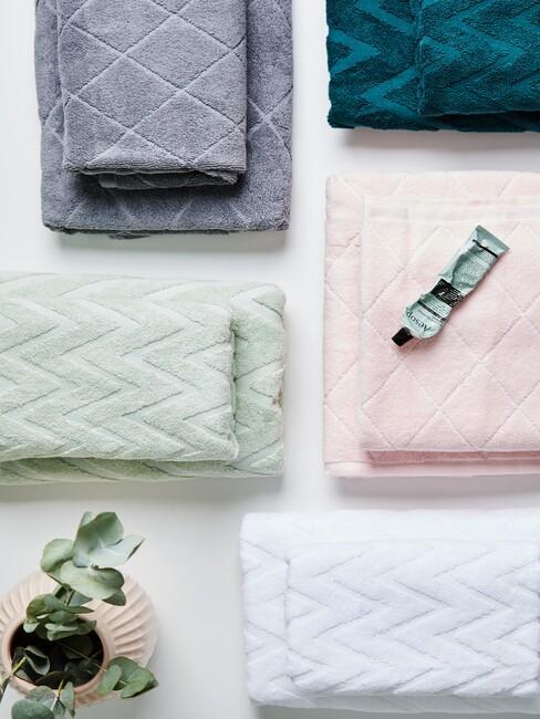 groene, roze, grijze en blauwe handdoeken