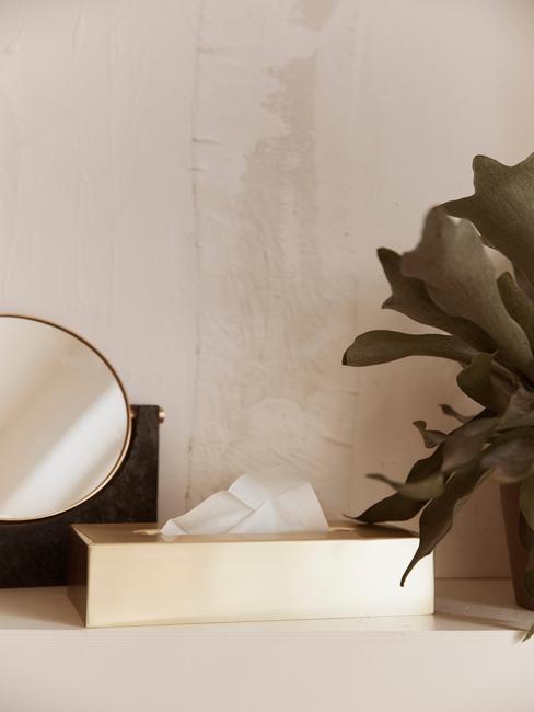 ronde spiegel met stenen muur