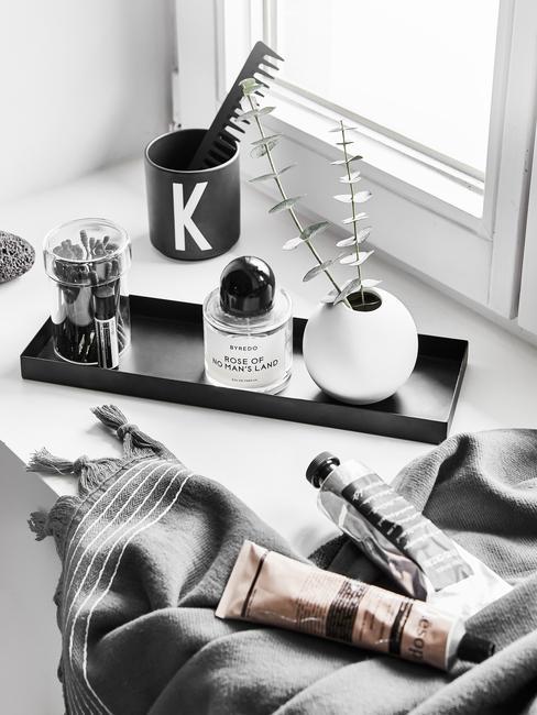 zwart plateau en grijze handdoek