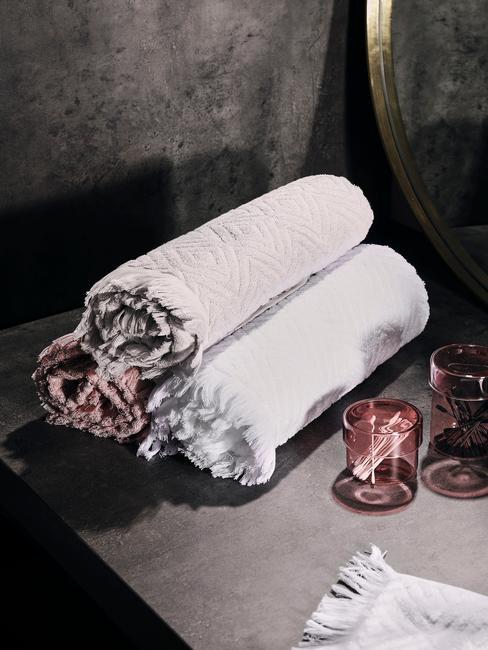 witte en roze handdoeken op zwarte tegls