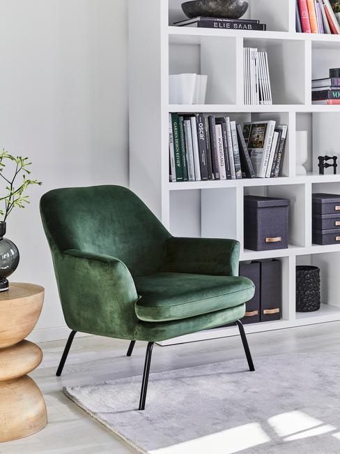 groene stoel met boekenkast