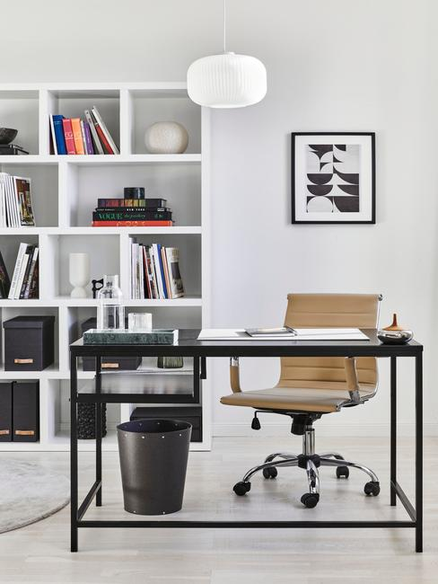 gele stoel met zwawrt bureau en witte boekenkast