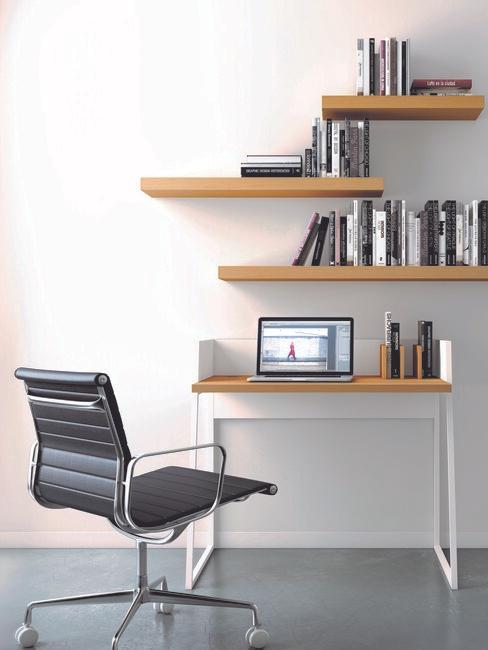 zwarte stoel met hout bueau en houten planken