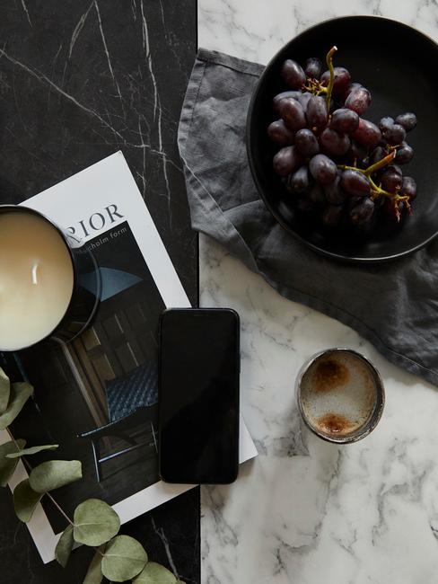 marmer blad met druiven en magazine