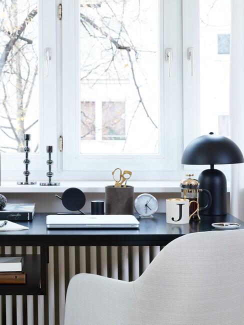 zwart bureau met witte stoel en zwarte lamp