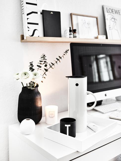 wit bureau met houten plank en zwarte vaas