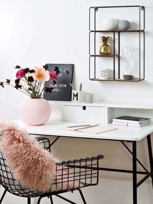 zwarte bureaustoel met zaxht roze kusseb eb wuk bureau met zwarte poten