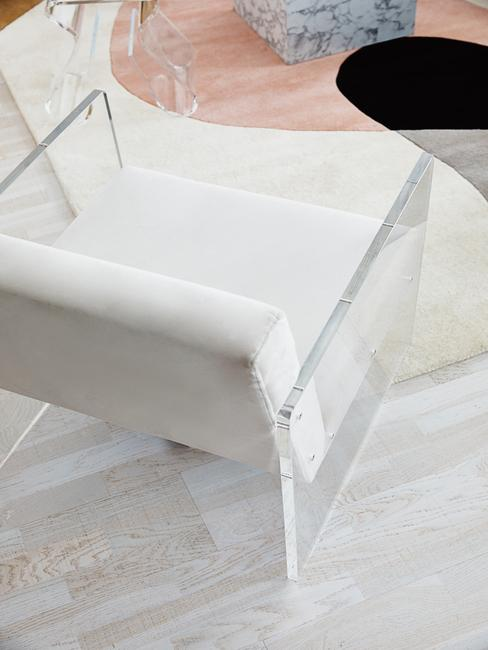 Witte stoel met transparante armleuningen