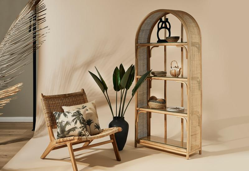 bamboe wandkast en rotan lounge stoel