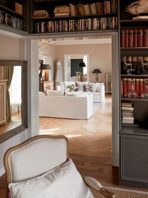 Antieke meubels en boekenkast boven de deuropening