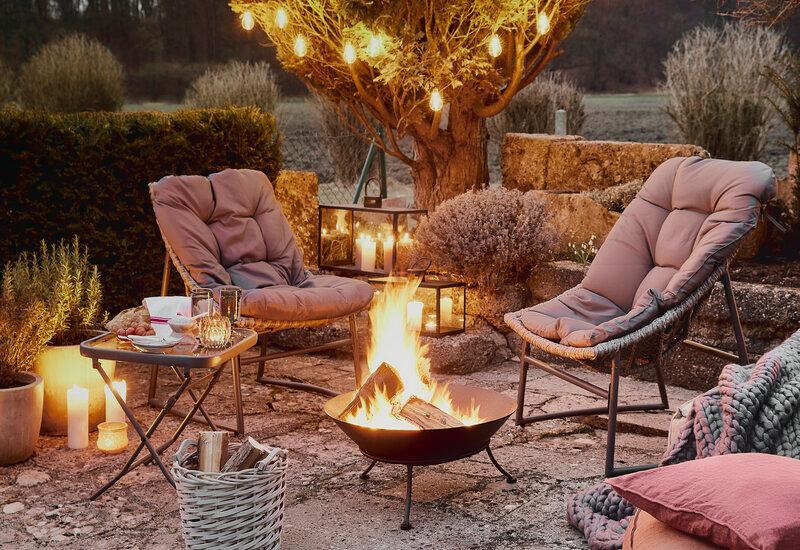 Lounge stoelen rondom een vuurkorf