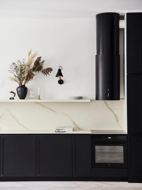 Zwarte keuken met wit marmeren muurblad